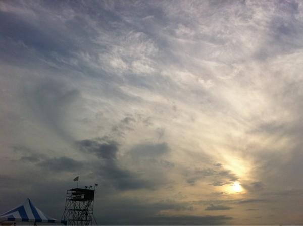 @nrgirl: この空でさよなら夏の日は泣くしかないです。
